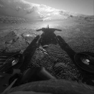 Opportunity a její stín, sol 180, 26. 7. 2004, kráter Endurance