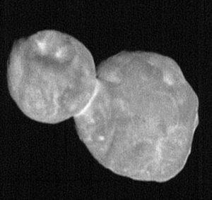 Sedm snímků kamery LORRI posloužilo ke složení tohoto výsledku. Fotky vznikly ve vzdálenosti 16 694 km při fázovém úhlu 16 stupňů.