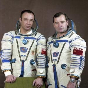 Posádka EO-7: (zleva) Manakov, Strekalov