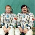 Posádka EO-8: (zleva) Afanasjev, Manarov