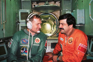 Afanasjev (vlevo) a Manarov během výcviku