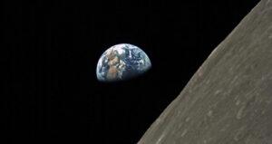 Společně s retranslační družicí byly vyslány i dva mikrosatelity, z nichž druhý pořídil pomocí kamery ze Saudské Arábie pěkný snímek Země zpoza Měsíce (zdroj Harbin Institute of Technology).