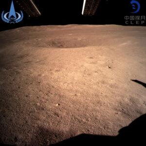 Snímek měsíčního povrchu pořízený krátce po přistání (zdroj CNSA).