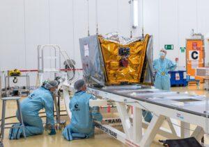 Příprava testovacích družic OneWeb před prvním startem v únoru 2019.