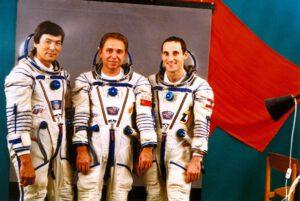 Stále ještě se sovětskou vlajkou... (zleva: Aubakirov, Volkov, Viehböck)