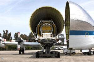 Zkouška naložení horizontálního transportéru Orionu do nákladového prostoru letounu Super Guppy na letišti v KSC, 13. března. Součástí zkoušky byl test elektrických rozhraní. Na náhledové fotografii k článku je žlutá rozměrová maketa Orionu v bílé upevňovací konstrukci.