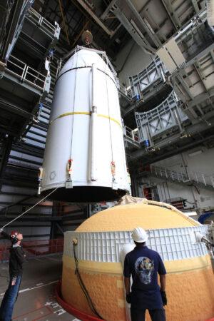 Ukládání aerodynamického krytu s WGS-10 na Deltu IV.