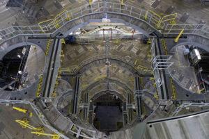 Spodní přístupové plošiny pro obsluhu SLS, únor. Modifikace pro SLS Block 1B-Crew se bude týkat horních plošin.