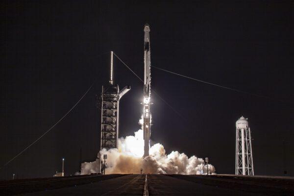 Historický start Falconu 9 s Crew Dragonem