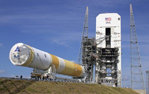 Přeprava rakety Delta IV na rampu