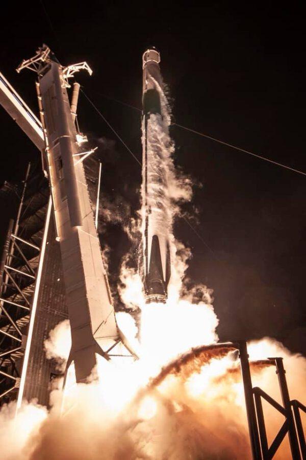Pohled na Falcon 9 s Crew Dragonem těsně nad rampou