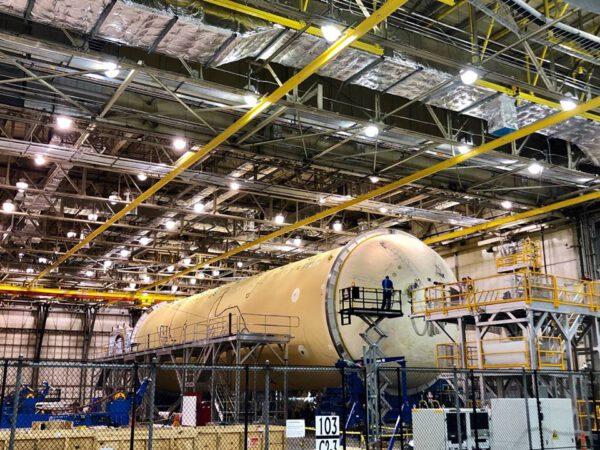 Letová vodíková nádrž v budově 103, březen