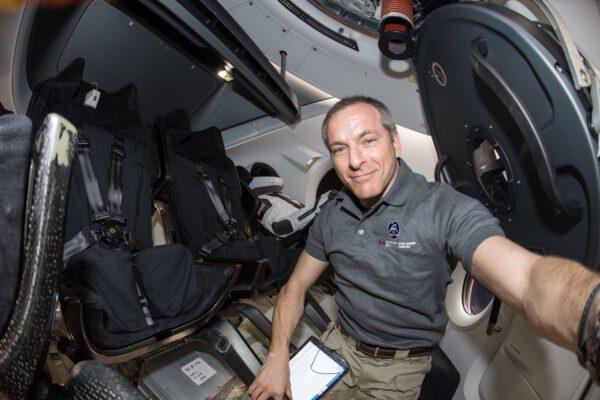 Interiér Crew Dragonu v době, kdy byl připojen k ISS