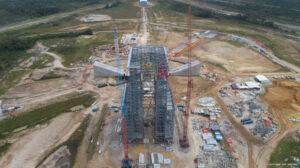 Stavba mobilní obslužné věže pro rakety Ariane 6 na kosmodromu v Kourou.