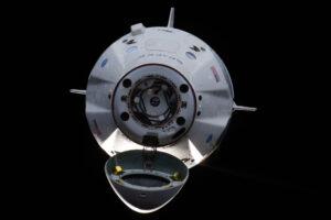 Crew Dragon vyfocený během přibližování k ISS při nepilotované testovací misi DM-1.