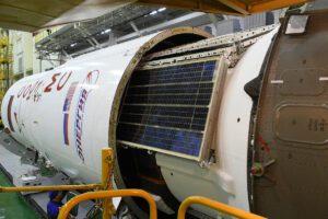 Ukládání lodi Sojuz MS-12 do aerodynamického krytu.