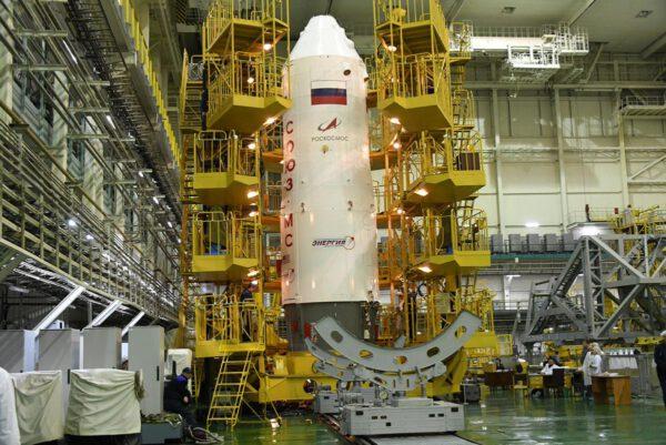 Aerodynamický kryt ukrývající Sojuz MS-12.