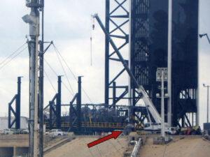Snímek Thomase Burghardta ukazuje jeřáb, který na rampě 39A odstraňuje z TELu jistící čelisti - jedna z nich je již volná (tu jsme označili šipkou).