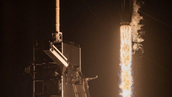 Falcon 9 vynáší Crew Dragon