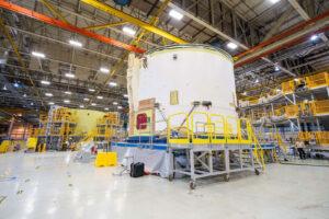 Dokončená motorová sekce před přemístěním do buňky A, 18. března. Vlevo v pozadí je motorová sekce pro EM-2.