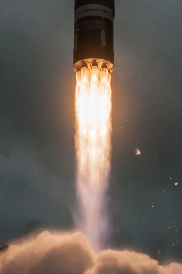 Pohled na motory rakety Electron během startu s družicí R3D2