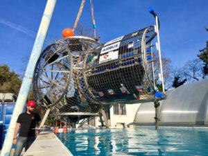 Maketa přechodové komory modulu ESPRIT od firem Airbus a Comex je spouštěna do bazénu.