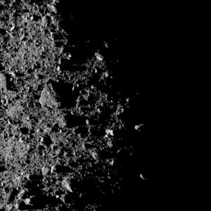 Severní pól Bennu vyfocený kamerou MapCam ze vzdálenosti 1,8 kilometru. Jeden pixel odpovídá 12 centimetrům a největší balvan měří asi 16 metrů.