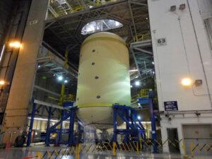Kvalifikační kyslíková nádrž v buňce A v přípravě na instalaci jímky, 28. února. Buňka A byla postavena před více než padesáti lety pro první stupně S-IC rakety Saturn V. Má několik pracovních plošin v pevných úrovních.
