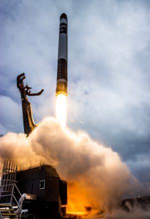 Start rakety Electron s družicí R3D2