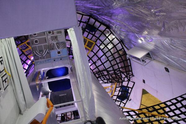 Interiér pozemního prototypu modulu B330 v Las Vegas, duben 2014