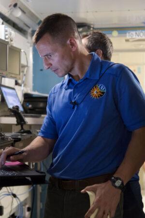 Andrew Morgan během zkoušek v maketě ISS.