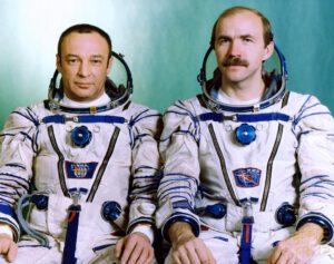 Posádka expedice EO-13: (zleva) Manakov, Poleščuk