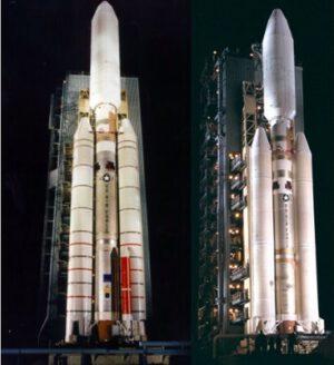 Raketa Titan 4A se starší verzí pomocných motorů (vlevo). V červené nádrži byl kapalný oxid dusičitý, který sloužil k řízení vektoru. Vpravo je vylepšená verze – raketa Titan 4B, která už měla pomocné motory od firmy Hercules.