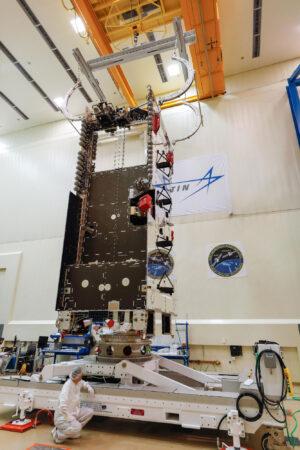 Snímek z výroby družice Arabsat 6A.