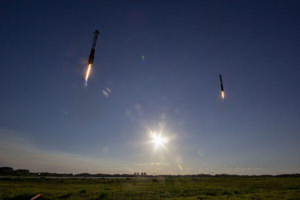 Přistávající boční stupně při prvním komerčním letu Falconu Heavy