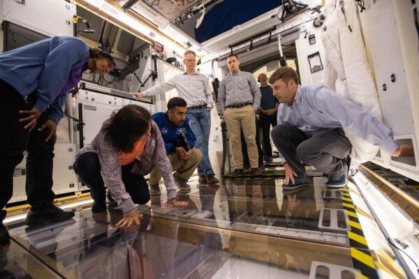 Astronauti Stephanie Wilson, Shannon Walker a Raja Chari uvnitř prototypu modulu od Lockheed Martin, 26. března. Čtvrtý astronaut Frank Rubio je mimo záběr.