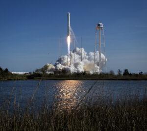 Start rakety Antares 230 s lodí Cygnus NG-11