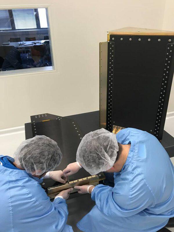 Práce na prvním letovém exempláři družicového dispenzeru pro raketu Vega.