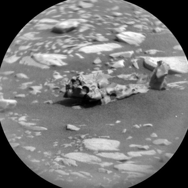Zřejmě železitý meteorit na povrchu Marsu
