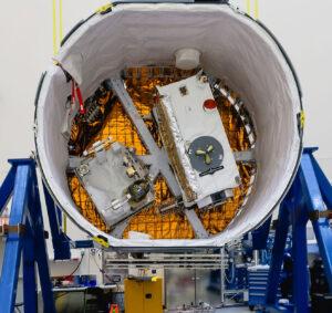 V nehermetizovaném nákladovém prostoru lodi Dragon pro misi CRS-17 byly přístroje OCO-3 (vpravo) a STP-H6 (vlevo)