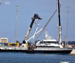 Ve druhé polovině února pořízená fotografie zachycuje opravy poškozených ramen lodi Mr. Steven.