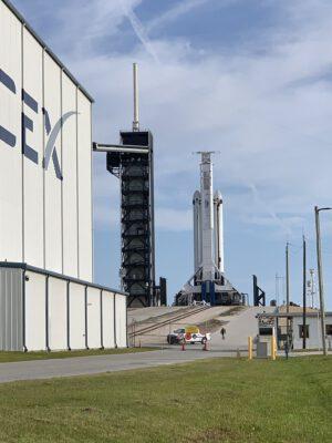 Falcon Heavy před statickým zážehem na rampě 39A.