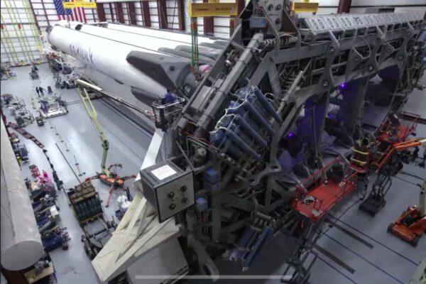 Fotografie z doby sestavování Falconu Heavy