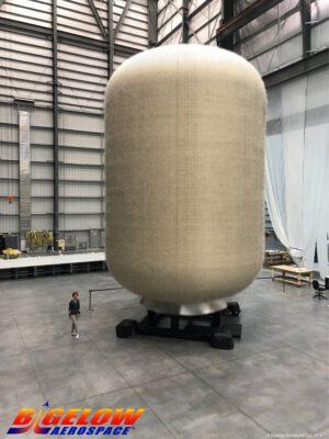 Exemplář pozemního prototypu obytného modulu B330 o výšce 9,6 metru, duben 2019