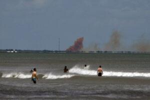 Hnědo-oranžový kouř po explozi Crew Dragonu je zbarven oxidem dusičitým.