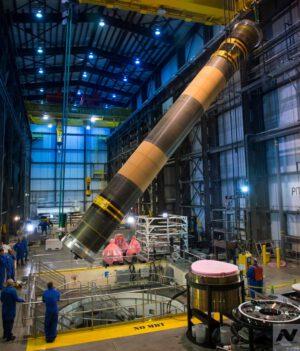 Ve výrobní hale NGIS se kvůli novým pomocným stupňům musí improvizovat, protože na podobně velké rakety nebyla budova navržena. Na obrázku je patrný přesun pouzdra ve svislé poloze.