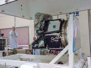 Zkouška těsnosti palivového systému teleskopu CHEOPS.
