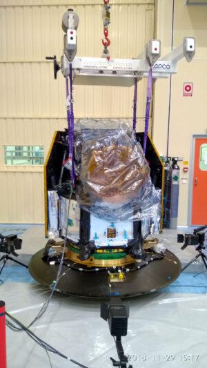 Teleskop CHEOPS při zkoušce svorek na adaptéru nosné rakety.