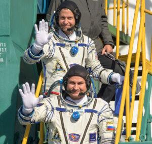 Nick Hague a Alexej Ovčinin před nástupem do Sojuzu MS-10