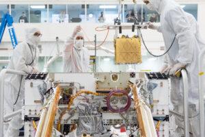 Instalace přístroje MOXIE do těla vozítka Mars rover 2020.